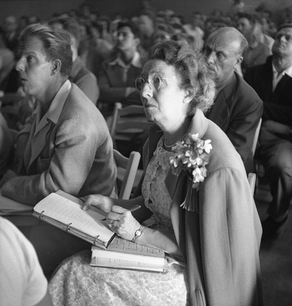 572px-Woman_taking_notes_at_Dianetics_seminar_in_Los_Angeles_in_1950